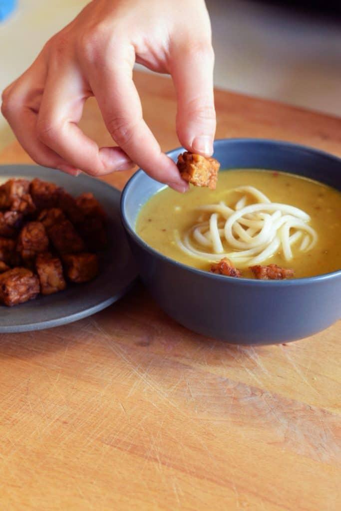 Khao Soi Noodlessoep soep kleinstesoepfabriek vegan tempeh soep aziatische soep udon noodles pittig rode peper limoen rode ui koriander soup delicious easy dinner lunch soup Noedelsoep